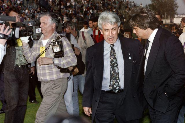 Le président de Bastia Jean-François Filippi avec Bernard Tapie, le 5 mai 1992, quelques minutes avant que la tribune ne s'effondre au stade de Furiani