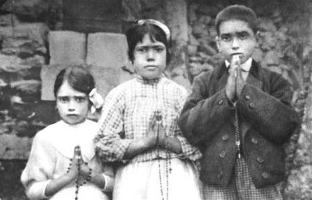 Fatima : les trois enfants ayant vu la Vierge, Jacinta, Lucia et Francisco, en 1917