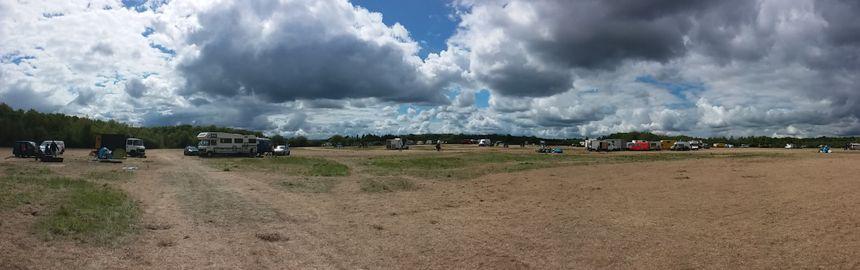 Le site du Teknival de Pernay bientôt vidé de ses dizaines de milliers de festivaliers.