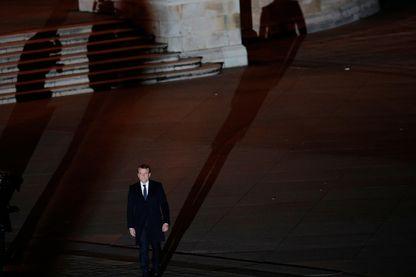 Emmanuel Macron entamant sa traversée du Louvre avant de rejoindre la scène sur fond d'hymne européen