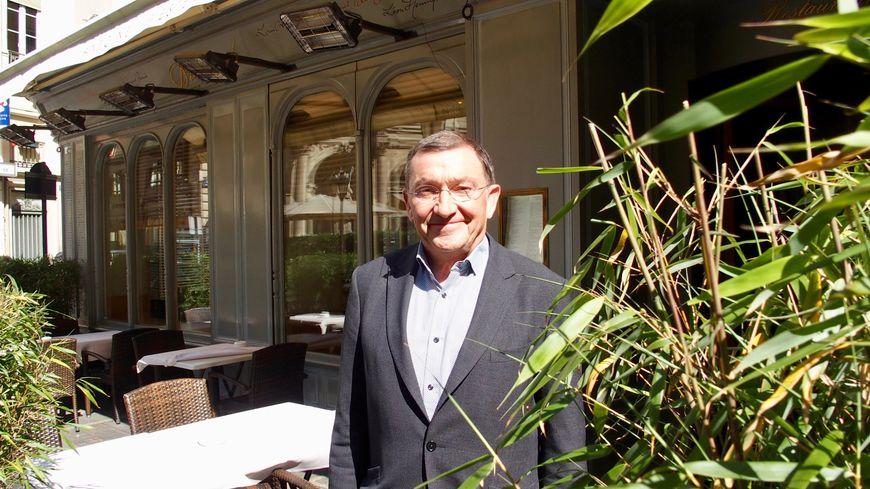 Antoine Westermann devant le Drouant à Paris