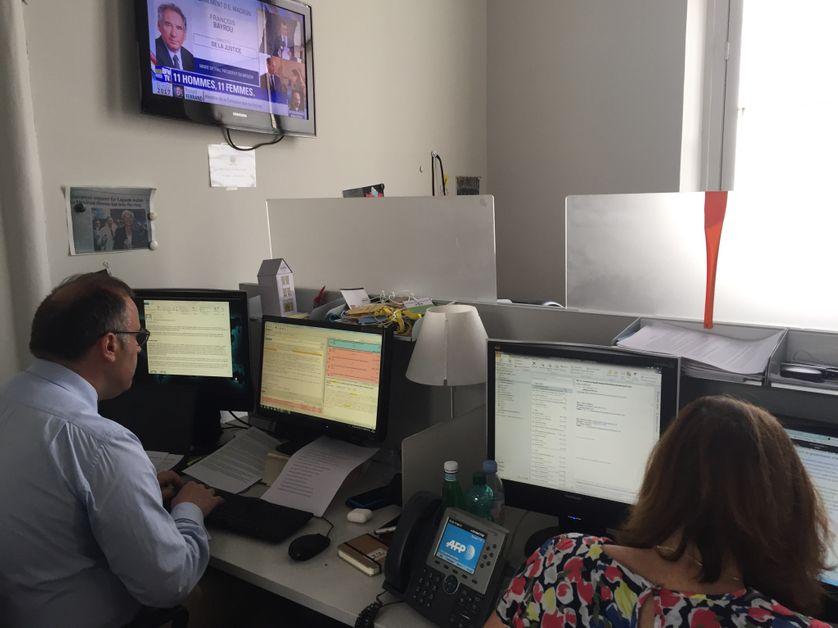 Deux journalistes de l'AFP dans la salle de presse de l'Elysée, juste après l'annonce du nouveau gouvernement