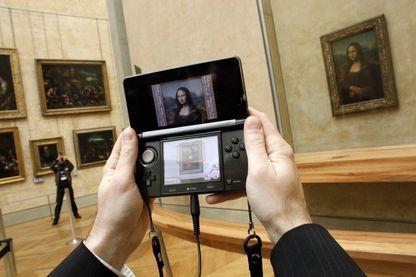 Console de jeu qui permet de visiter le Louvre et d'avoir des informations sur les œuvres du musée.
