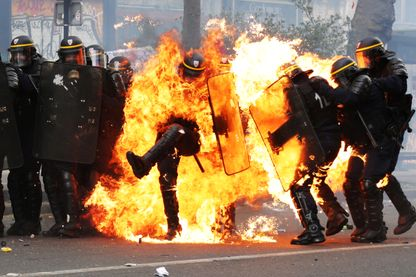 CRS en feu lors des manifestations du 1er mai 2017.