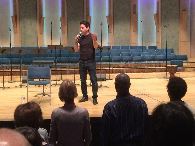 Paul Smith, directeur artistique de Voces 8, anime l'atelier de préparation avant le concert.