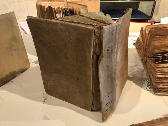Les reliures du XIXème siècle qui protégeaient les manuscrits n'ont pas résisté. Elles seront restaurées dans quelques temps