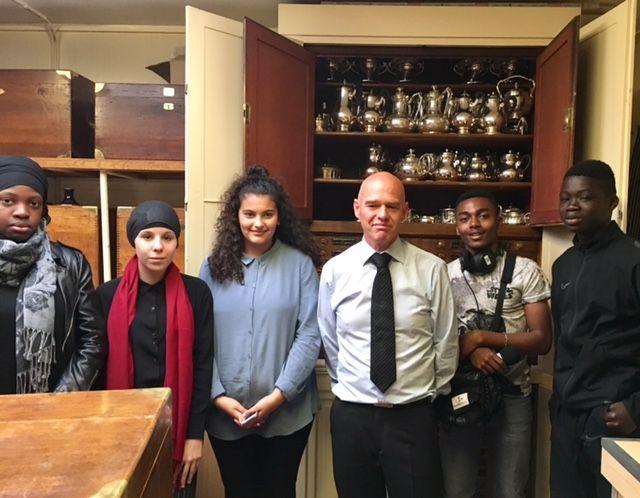 Les élèves de Grigny aux côtés de l'argentier du palais de l'Elysée.