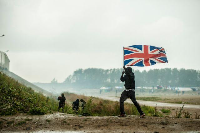 À Calais, les réfugiés s'entassent au bon vouloir des accords entre la France et l'Angleterre. L'espoir d'une vie meilleure inscrit sur les murs de Calais restera souvent sans réponse.