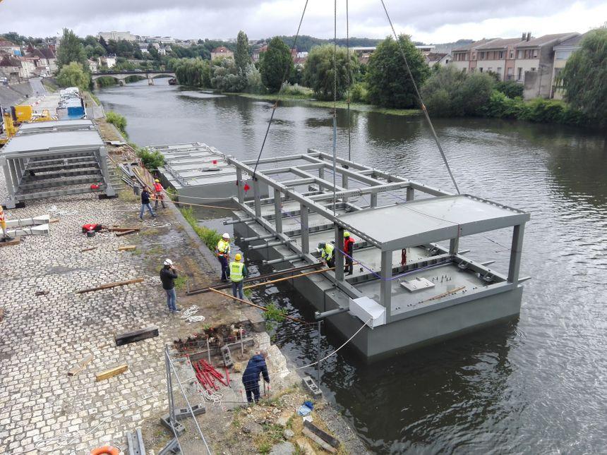 La grue place la structure sur les caissons flottants