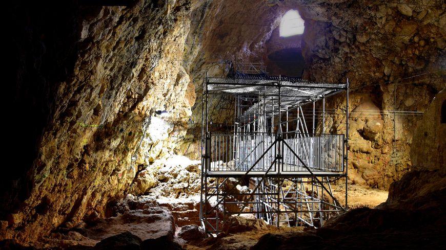 Pour accueillir du public, la grotte s'est complètement transformée. Des effets lumineux sont projetés sur les parois rocheuses, des bruitages sonores accompagnent la visite des curieux.