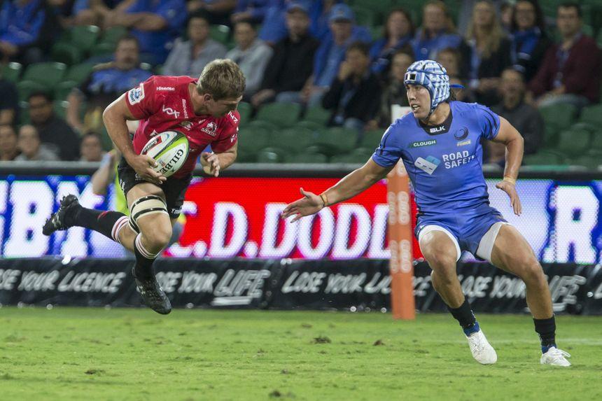 Le centre australien de la Western Force Luke Burton (en Bleu) rejoint le Biarritz Olympique