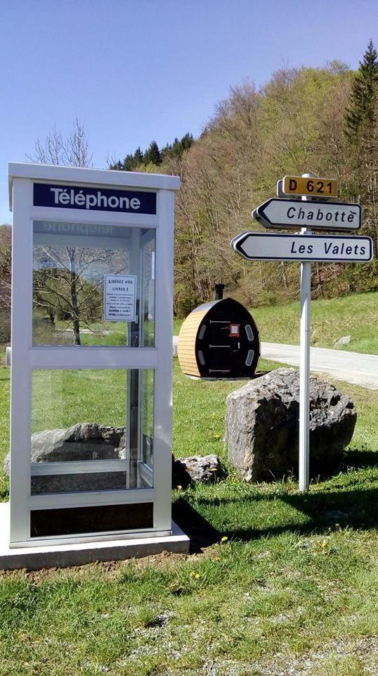 Une vieille cabine téléphonique a été transformée en bibliothèque partagée à Saint-Agnan-en-Vercors.