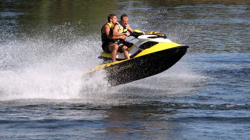 jet skis autoris s dans le lac l man un lunapark pour les opposants. Black Bedroom Furniture Sets. Home Design Ideas