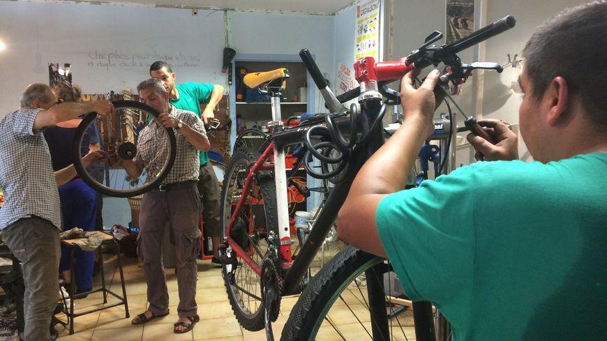 Dans l'atelier participatif stéphanois d'Ocivelo, les bénévoles redonnent une nouvelle vie aux vélos délaissés