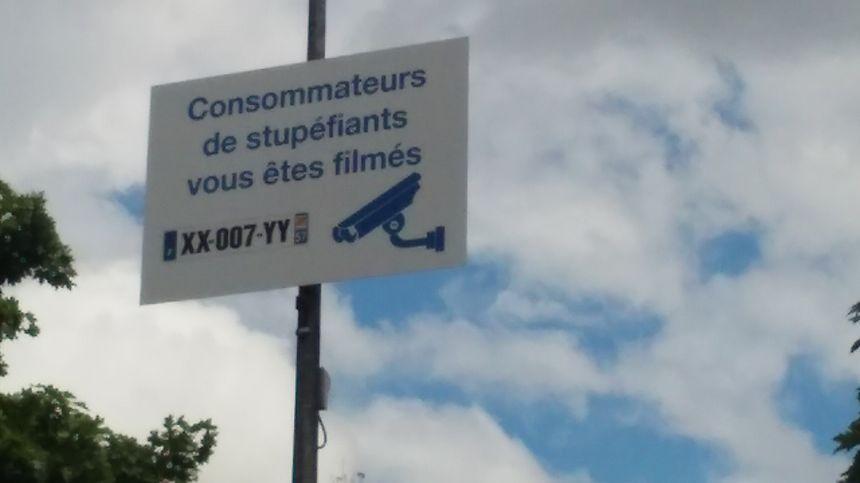 """Le panneau """"Consommateurs de stupéfiants, vous êtes filmés"""" à l'entrée de Guénange"""