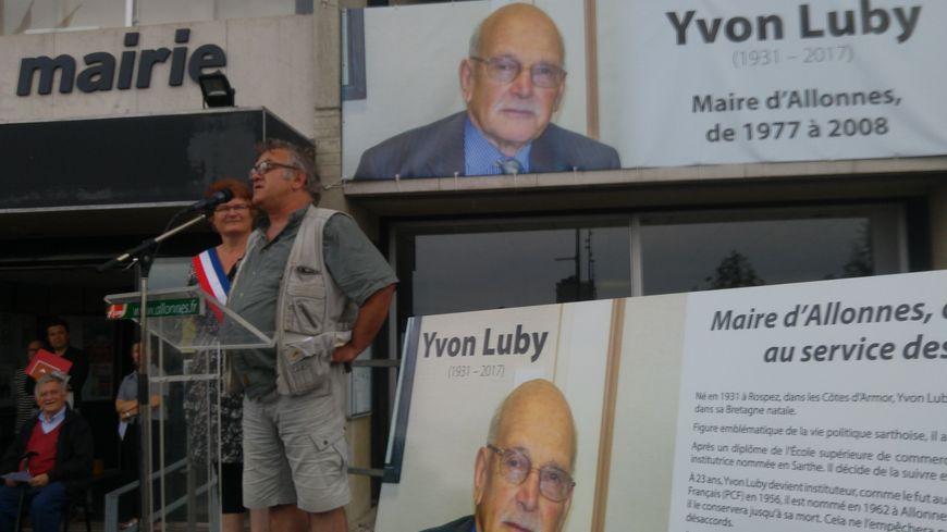 Yves, le fils d'Yvon Luby prend la parole devant plus de 200 Allonnais venus rendre un dernier hommage à leur ancien maire.