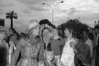 """Le guitariste des Rolling Stones, Keith Richard et sa femme Anita Pallenberg, actrice et leur enfants arrivent, le 12 mai 1971, au 25ème Festival International du Film de Cannes pour assister à la projection de """"Gimme Shelter"""""""