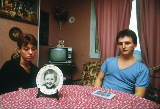 Les parents de Grégory Villemin avec la photo de leur fils, mort noyé à l'âge de 4 ans