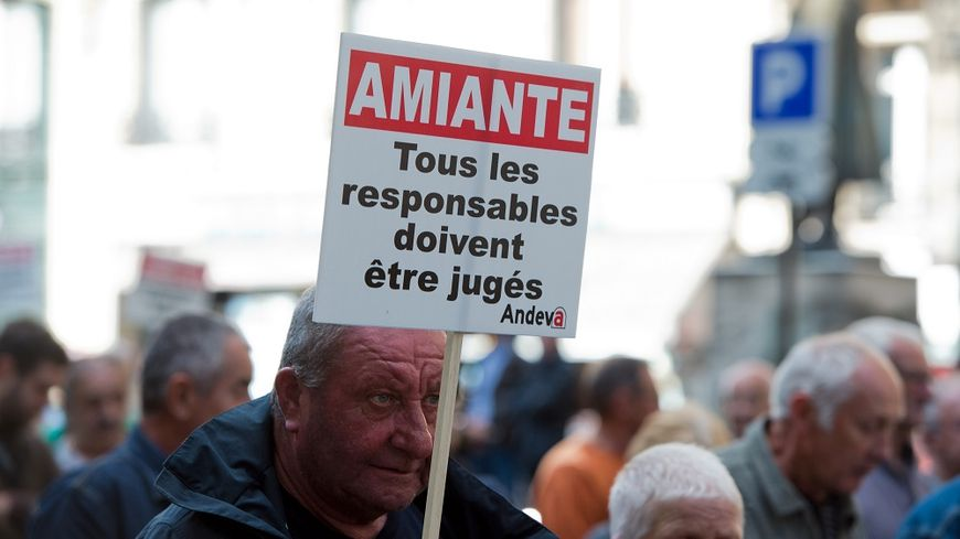 Les victimes de l'amiante demandent à être reconnues et indemnisées pour leur exposition à la fibre, interdite depuis 1997 en France.