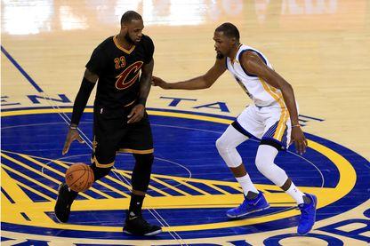 James LeBron  (#23 des Cavaliers de Cleveland) face à Kevin Durant (#35 des Golden State Warriors) lors du match des finales de la NBA 2017 le 4 juin 2017 à Oakland, en Californie.