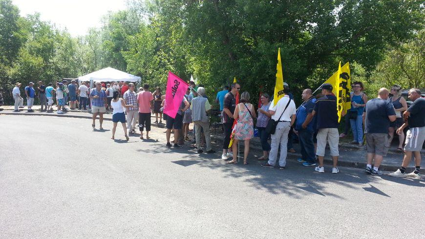 Une soixantaine de postiers et militants syndicaux ont pique-niqué devant le centre de tri du courrier de Bourges.