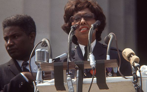 En août 1963, Joséphine Baker est invitée à prendre la parole à Washington, à l'issue de la 'Marche pour l'emploi et la liberté' des Afro-américains.
