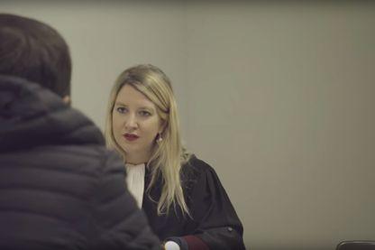 """Capture d'écran d'une vidéo promo du webdocumentaire """"Commises d'office"""" produit par Nouvelles Ecritures / France TV"""