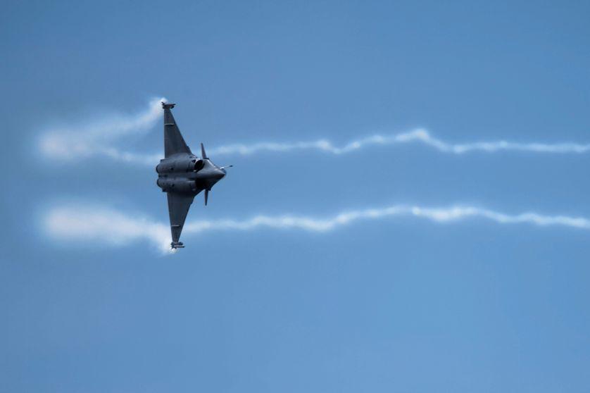 Au Salon de l'aéronautique du Bourget, un avion Rafale de Dassault en démonstration