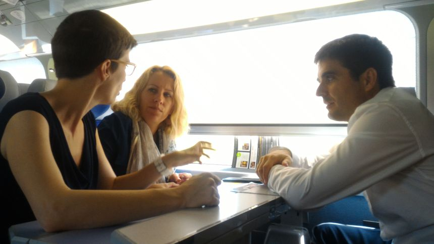 Dans le train plusieurs discussions, dont la place des femmes en politique : elles sont 8 députées sur 10 en Isère.