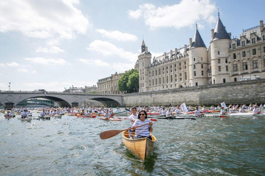 Anne Hidalgo, maire de Paris, et Tony Estanguet, co-président de Paris 2024, sont arrivés en canoë.