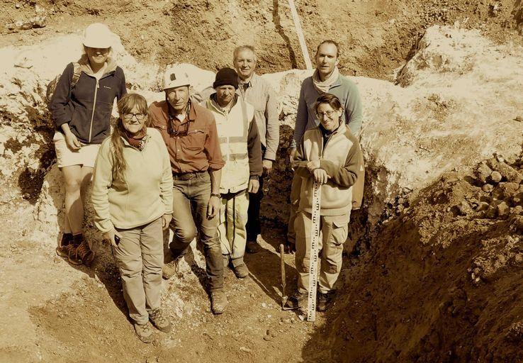 1863, 2017 l'équipe sur le terrain, Anne-Marie Moncel et Pierre Antoine à gauche au premier plan crédit