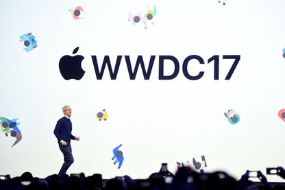 Tim Cook arrive sur scène à Apple's World Wide Developers Conference à San Jose, en Calofornie le 5 juin 2017