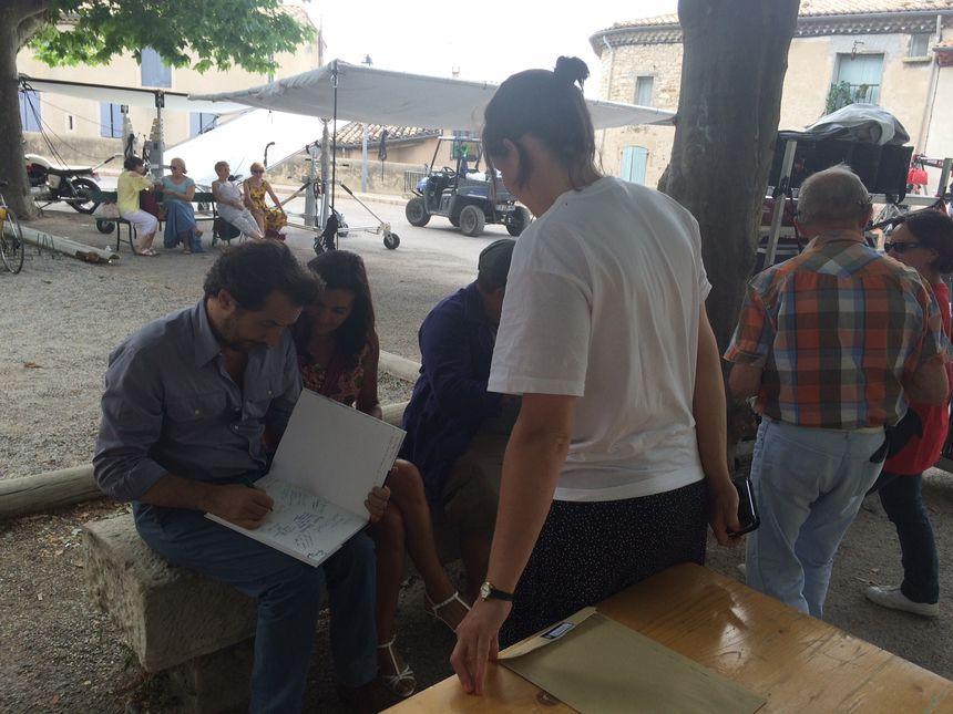 """Édouard Baer se prête au jeu des autographes sur le tournage du film """"Raoul Taburin"""" à Venterol, dans le Sud Drôme."""