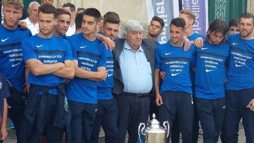 Louis Nicollin entouré des jeunes joueurs de Montpellier, vainqueurs de la Coupe Gambadella.