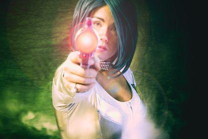 Femme avec pistolet à laser