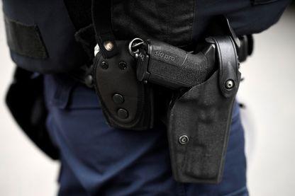 Policier portant son arme