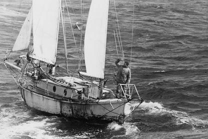"""Robin Knox-Johnston à bord de """"Suhaili"""" au large de Falmouth à l'arrivée de la Golden Globe Race - 23 avril1969"""
