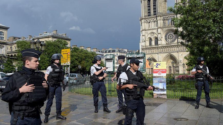 Le parvis de la cathédrale Notre-Dame a été bouclé par les forces de l'ordre après l'agression du policier.