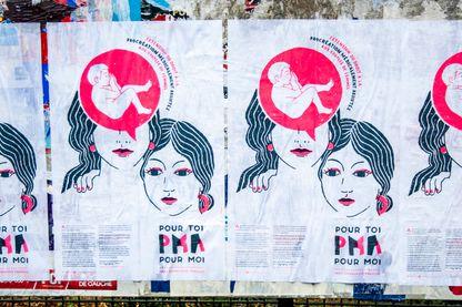 Affiches dans les rues de Paris du PCF pour l'extension du droit à la PMA