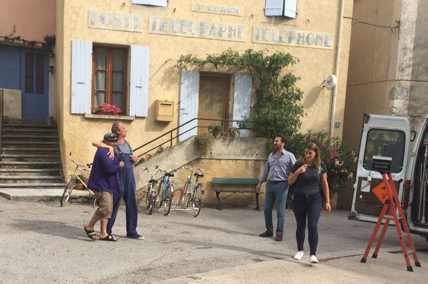 Entre les prises, Benoît Poelvoorde et Édouard Baer multiplient les blagues et les discussions avec les habitants qui assistent au tournage.