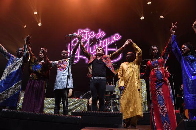 M et les musiciens de Lamomali sur la scène de l'Olympia lors de la fête de la musique 2017