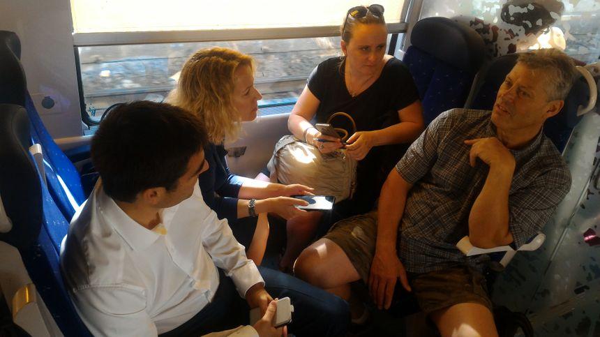 Début du voyage, 9h20 à Grenoble, pour Émilie Chalas (à gauche) et Jean-Charles Colas-Roy (chemise blanche).