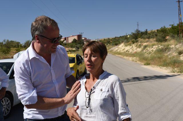La mère de Mathias Depardon aux côtés de Christophe Deloire, secrétaire général de RSF