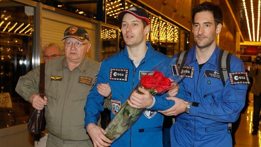 Thomas Pesquet (au centre) à l'aéroport de  Karaganda, au Kazakhstan, après son retour sur terre.