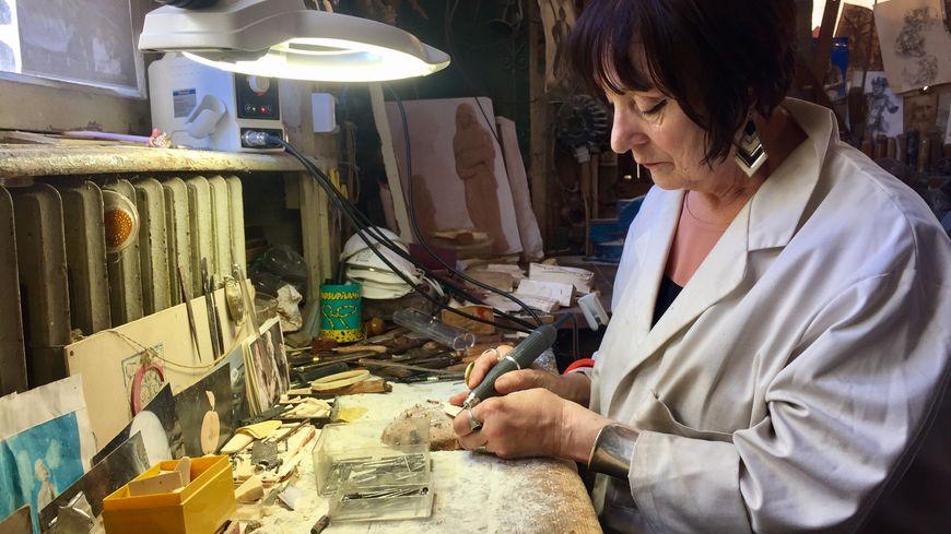 L'ivoirière Annick Colette façonne la pièce d'ivoire de mammouth dans son atelier rue Ango, à Dieppe.