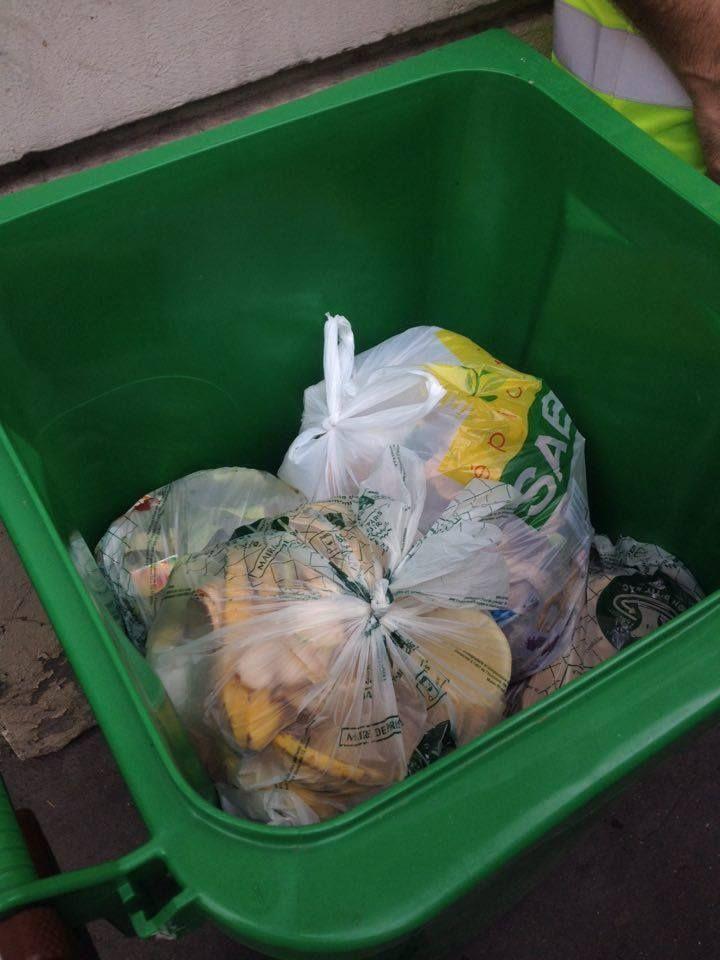 Un sac non biodégradable s'est glissé dans cette poubelle marron, une erreur commune
