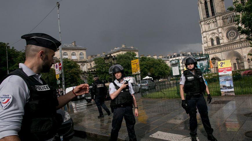 """""""Il vivait mal sa situation d'échec en France"""", témoigne le frère de Farid Ikken, l'agresseur du policier sur le parvis de Notre-Dame."""