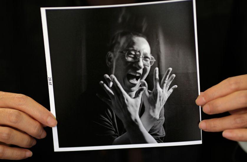 Photo du dissident chinois Liu Xiaobo tenue par sa femme le 3 octobre 2010 à Beijing