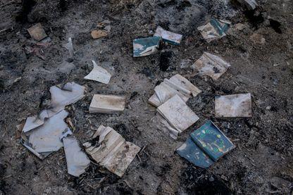 Bibles chrétiennes, manuscrits anciens et livres brûlés par des militants de l'État islamique dans le monastère de Mar Behnam à Beth Khdeda, Nineveh, dans le nord de l'Irak en mars 2014