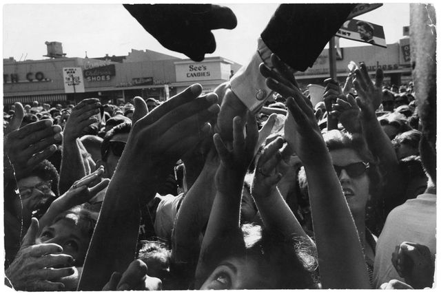 John F. Kennedy saluant une foule de supporters, North Hollywood, Californie, septembre 1960
